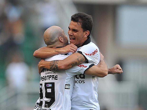 a8d7cbcedb Fábio Santos comemorando um de seus gols diante do Santos no Pacaembu