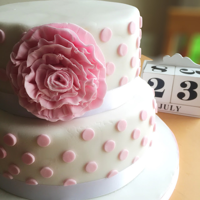 Wedding cake with Swiss dots and large flower