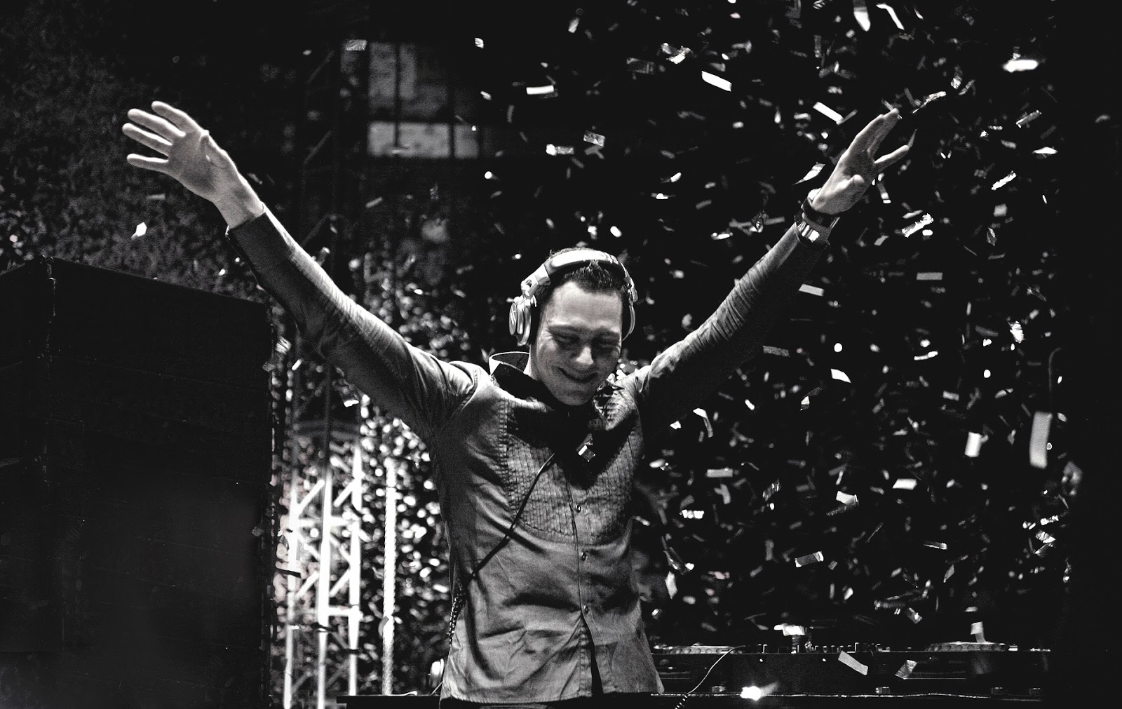http://2.bp.blogspot.com/-mLhmCIRvzE0/UTvYRg5yXiI/AAAAAAAAPWw/g4vfXD-y-BQ/s1600/Tiesto-HD-Tiesto-Wallpaper-Black-and-White-Arms-Raised-Live.jpg