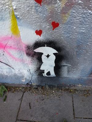 Negativ-Stencil -Liebende im Herzchen-Regen