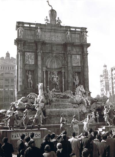 http://www.4shared.com/download/805GRHwyce/Fontana_di_Trevi-1957-Frente.png