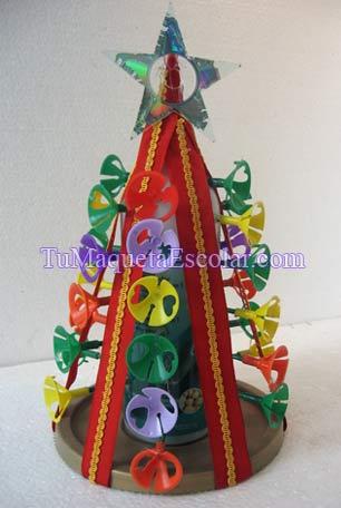 pino navideño hecho con botella de shampoo