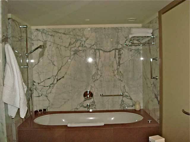 Baños Modernos Marmol:Lujosos accesorios para un cuarto de baño, de líneas modernas