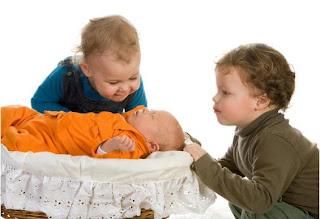 الغيرة والتبول اللاإرادي.. مشكلتان تواجه طفلك