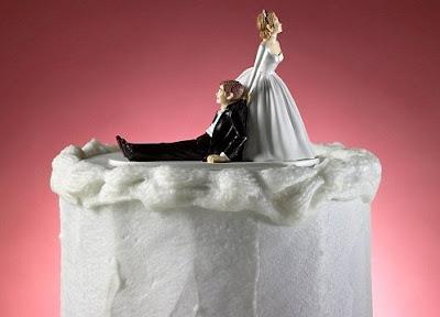 novia jalando al novio a casarse