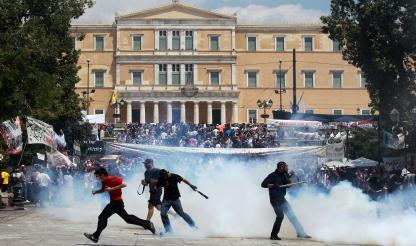 Grécia: Polícia lança gás contra jovens à margem da manifestação dos sindicatos