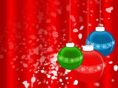 Bolas de navidad con un color rojo de fondo