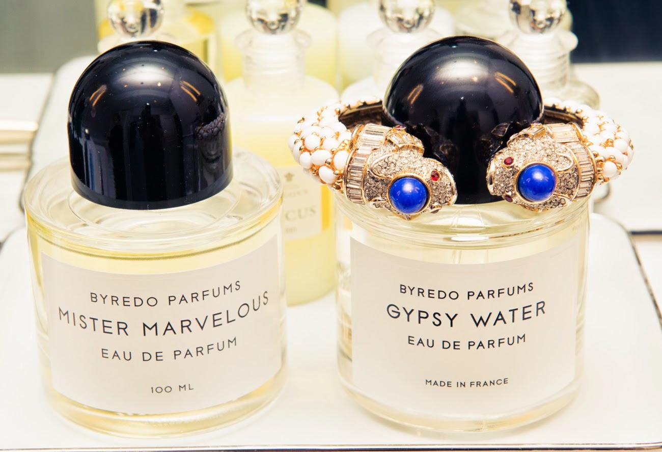 Bouteilles de parfum Byredo et bracelet précieux Kenneth Jay Lane