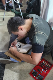 Solon do Meus Nervos autografando um caderno