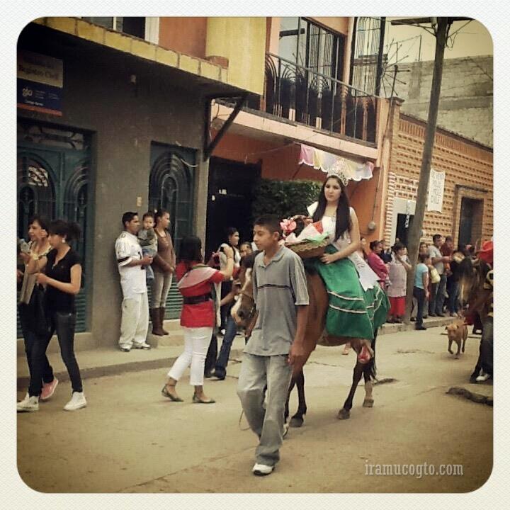 Reina a caballo en el desfile del 16 de septiembre en iramuco guanajuato
