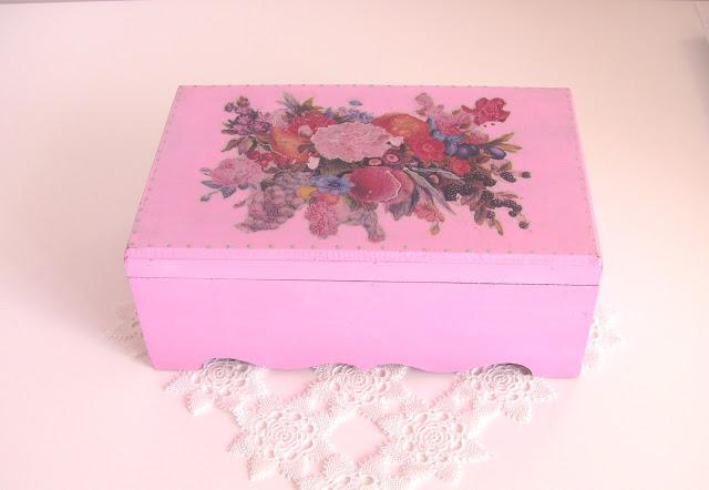 pembe boyalı ahşap kutu üzerine dekupaj
