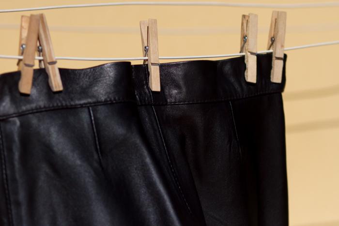 Pantalón de cuero hecho a medida confeccionado por Gabriel Seguí para blogger de moda y tendencias estilo rock withorwithoutshoes