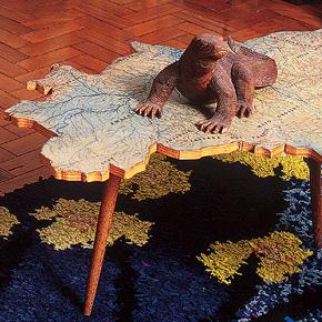 Mesa em formato de mapa