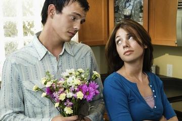 شجاعة الاعتذار تجعل الرجل رائعًا فى عيون و نظر المرأة - رجل يعتذر يتأسف الى امرأة - man apologizing to woman