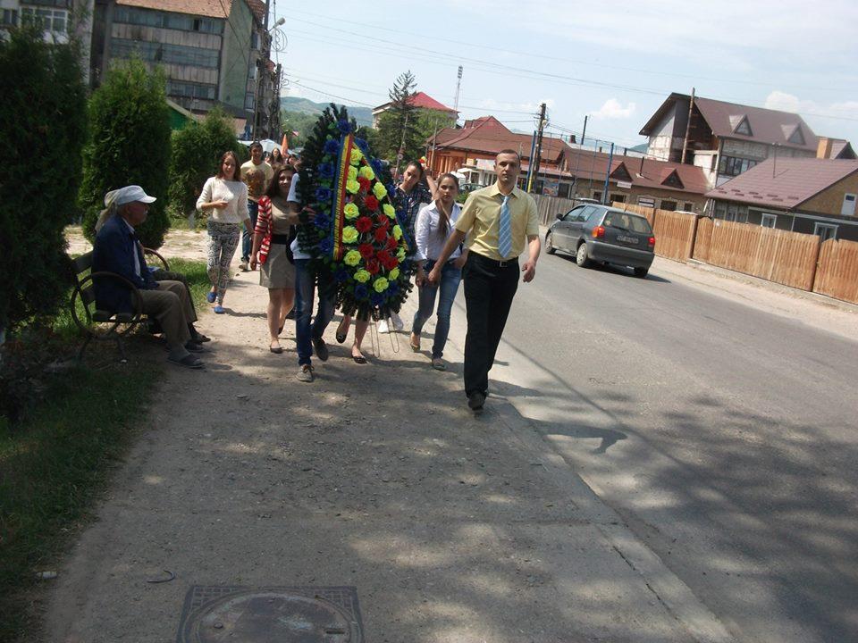 Depunere de coroane la Monumentul Eroilor din Roznov (21 mai 2015)...