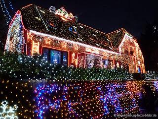 beleuchtetes Weihnachtshaus in Calle