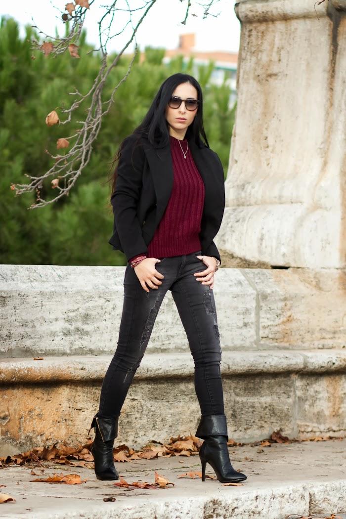 Blogger Valencia outfit en color negro y granate con jeans y botas