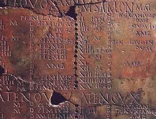 Números Romanos tallados.