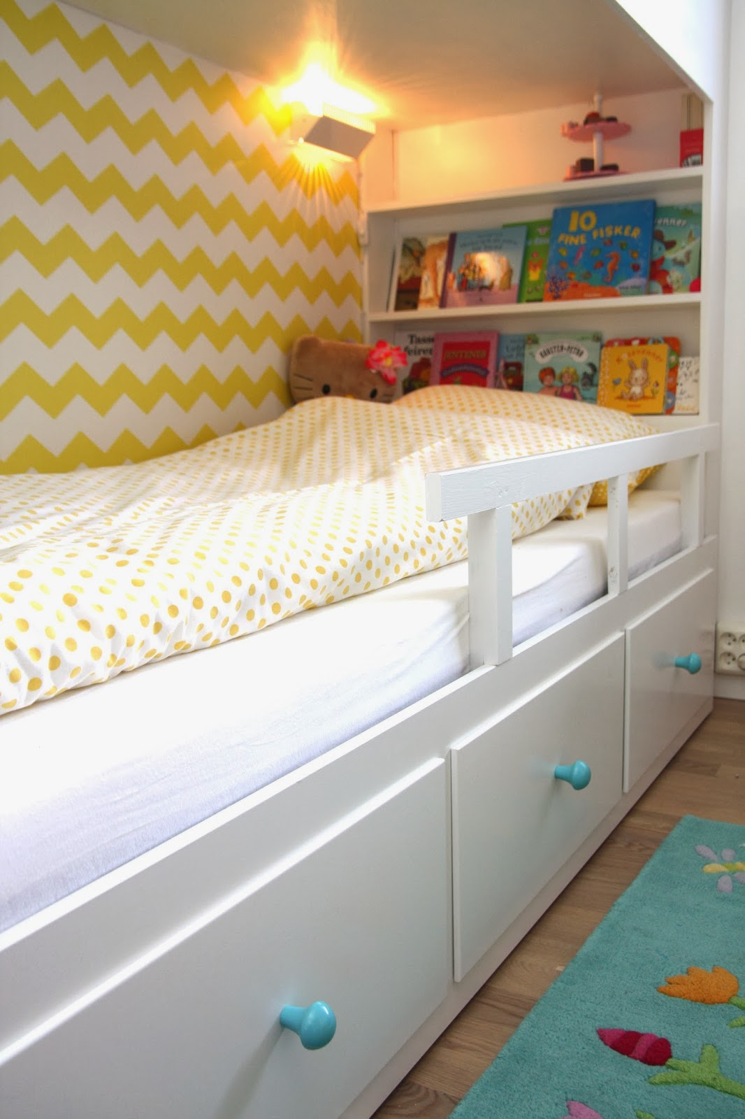 plassbygd seng til jenterommet. Black Bedroom Furniture Sets. Home Design Ideas