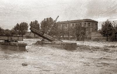 Mi colegio, con lo que quedó de la línea de ferrocarril de Puigcerdà, después de la primera riada. Ahora lo llaman La Salle Montcada Reixach, entonces lo conocíamos como La Salle Cristo Rey.