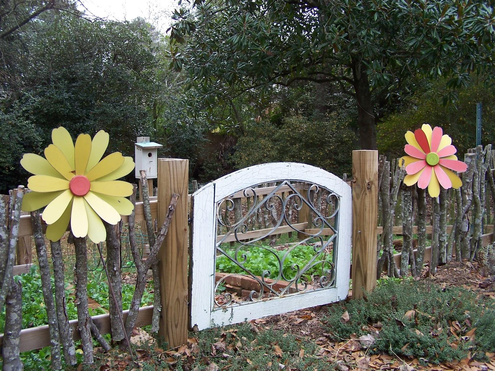 Tara dillard small kitchen garden for Kitchen garden fence
