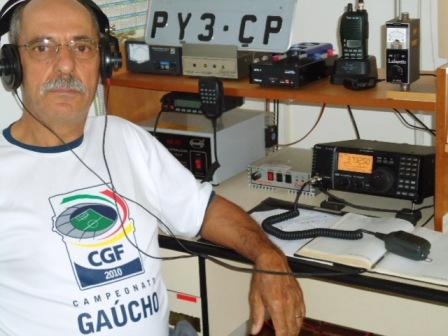 PY3CP Pereira em sua estação com o IC-718