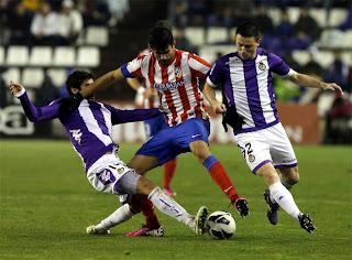 Diego Costa en la lucha por un balón