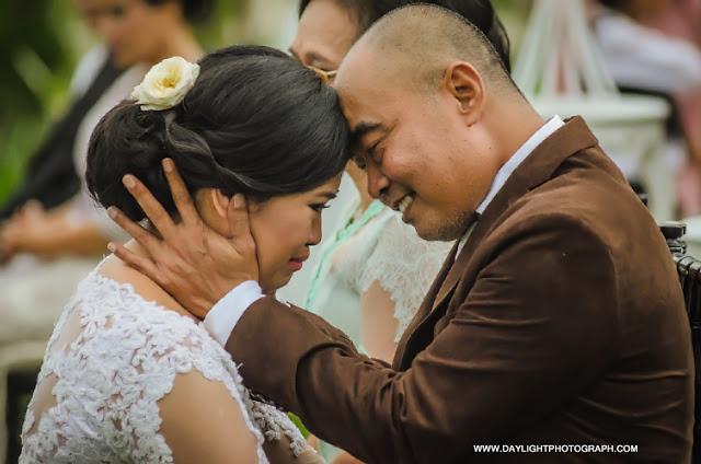 foto prosesi sungkeman pernikahan pada pemberkatan pernikahan louisa dan zico secara outdoor di lapangan hanoman ramayana prambanan yogyakarta