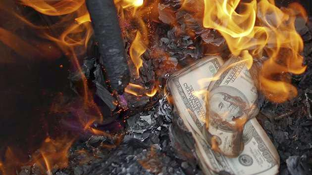 Aconsejan deshacerse de los dólares ante el colapso del sistema monetario de EEUU