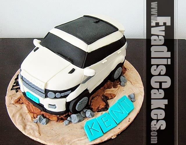 Top view picture of Range Rover sculpture cake