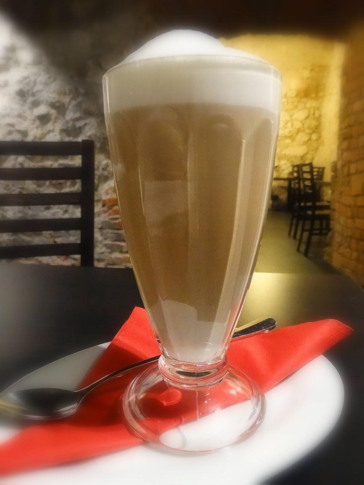Księgarnia Bona, latte w Bonie