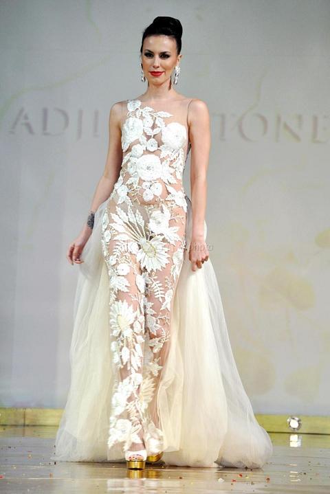 Seksi Sophia Latjuba dengan Gaun Transparan di Kemang Fashion Week