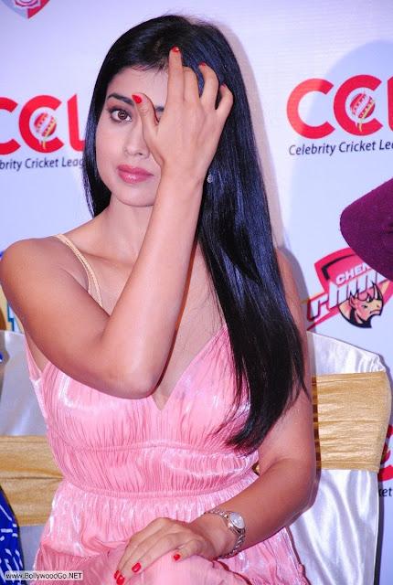 Shriya+Saran+at+CCL+-+BollywoodGo+(4)