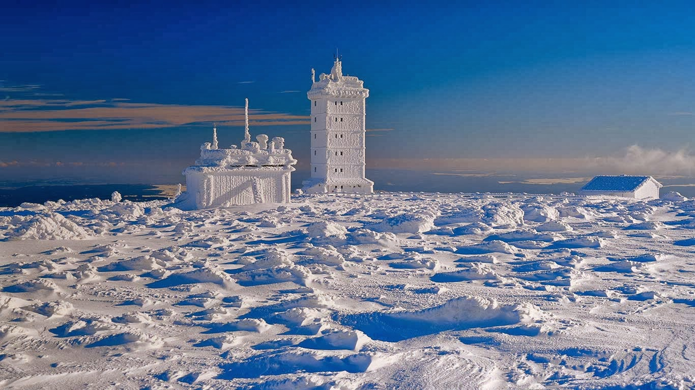 Weather station on Brocken peak, Saxony-Anhalt, Germany (© Günter Gräfenhain/Huber/4Corners) 326
