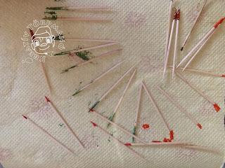 Szöveg: Íme az eredmény! Kép: Papírtörlőn kiterívta zöld és piros végű fogpiszkáló.
