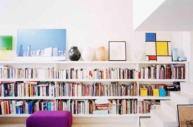 rak buku dalam apartment