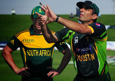 Pakistan cricket captain Misbah ul Haq (R) tosses a coin near South African captain AB de Villiers before the start of the third day-night international in Sheikh Zayed Stadium in Abu Dhabi on November 5, 2013. De Villiers won the toss and decided to start batting