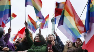 Les partisans du mariage pour tous fêtent la loi à la Bastille