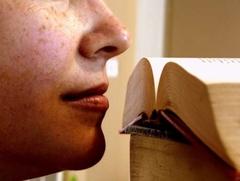 Nariz oliendo un libro