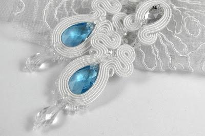 Kolczyki ślubne sutasz śnieżna biel i serenity blue.