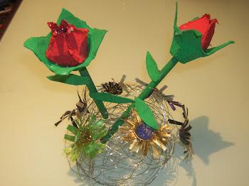 Un poquito de todo. Rosas echas de hueveras y flores nespresso