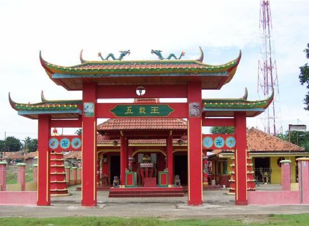kelenteng tua cibarusah bernama Ngo Kok Ong, Wihara Virya Dharma berada satu komplek dengan kelenteng  ngo kok ong,Kelenteng Ngo Kok Ong didirikan pada tahun 1673