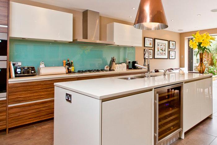 Cozinha moderna com tons de verde água (aqua), cobre e madeira