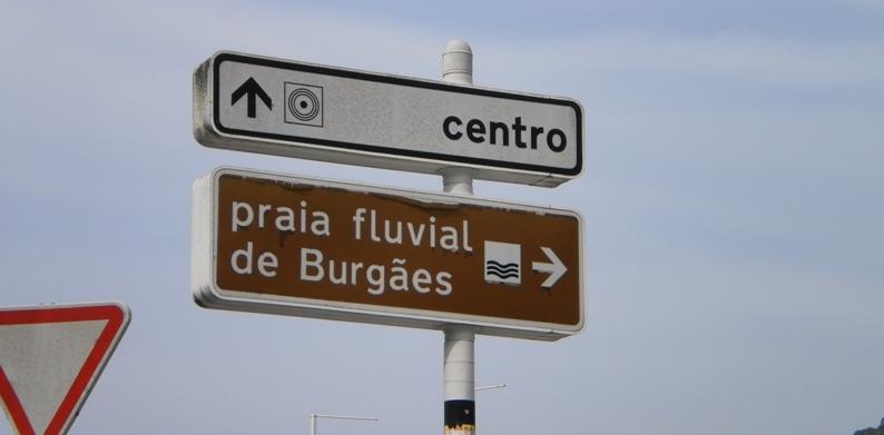 Placas indicativas para a Praia Fluvial e para o centro de Vale de Cambra