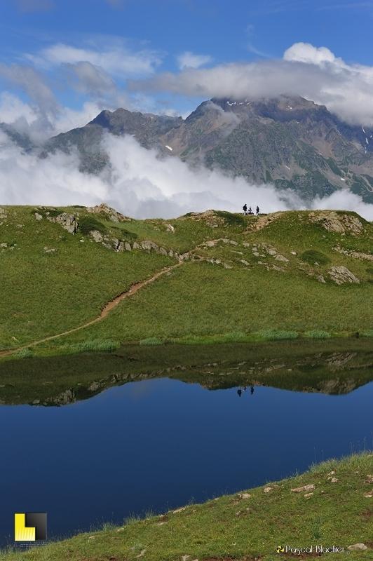 reflet de randonneurs dans le lac noir photo blachier pascal