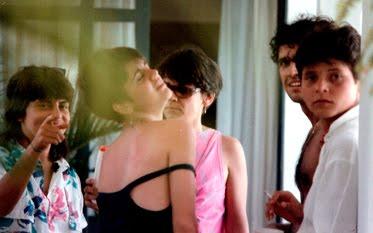Foto tirada na casa do pai de Simone em 1983 ou 84. Elisa Alencar, Janette Dornellas (de costas), Simone Saback (de rosa), Marcelo Saback e Cássia Eller (Foto: Arquivo Pessoal)