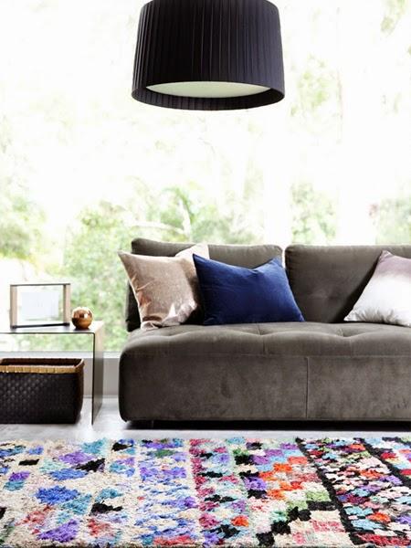 Ciemno szara sofa z granatowym jaśkiem