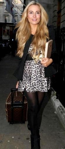 Amanda Harrington caminando por las calles