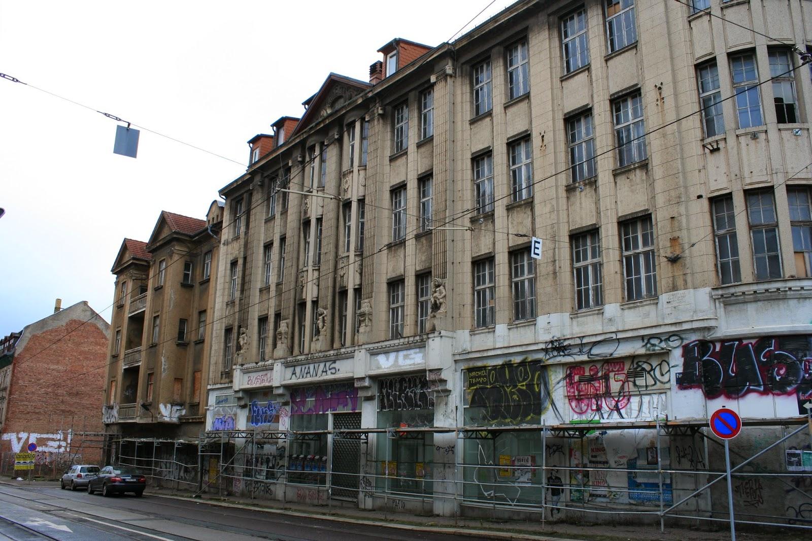 """Zu DDR Zeiten war im """"Kaufhaus Held"""" ein """"Centrum-Warenhaus"""", nach der Wende bis 1995/96 eine Karstadt Filiale darin beheimatet"""
