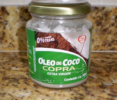 Ele é rico em vitamina E e ácidos graxos, o óleo de coco fortalece e hidrata profundamente os fios. Ele é um dos poucos óleos que consegue penetrar na cutícula do cabelo.